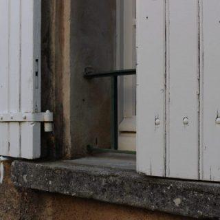 halb geschlossenes Fenster