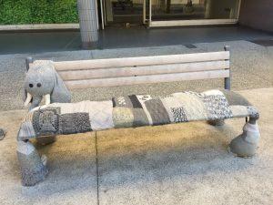 lange Bank in der Nähe von Genf mit gestricktem Sitzplatz