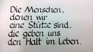 Kalligrafischer Text: Die Menschen, denne wir eine Stütze sind, die geben uns den Halt im Leben
